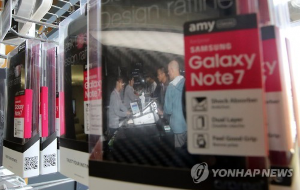 Consumers ask about the recall plan of the Samsung Galaxy Note 7 at a Seoul phone shop on Oct. 13, 2016, after Samsung Electronics announced its plan to discontinue the smartphone's production. (image: Yonhap)