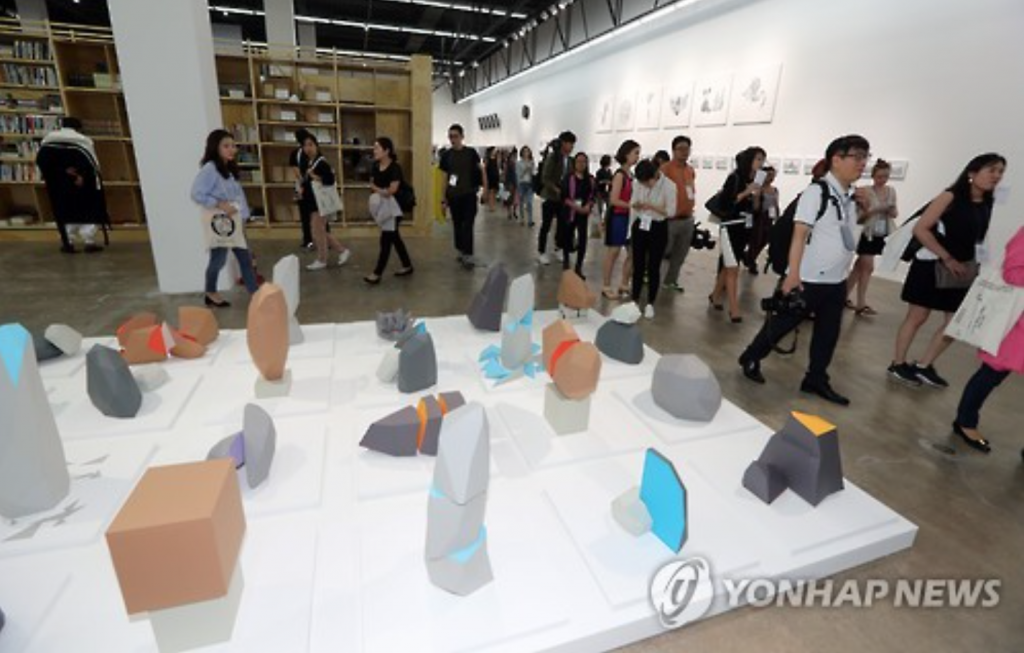 Journalists looking around an exhibition room for the 11th Gwangju Biennale during the press day event on Sept. 1, 2016. (image: Yonhap)
