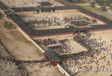 Thousands Flock to Royal Palace for Glimpse of Actor Park Bo-gum