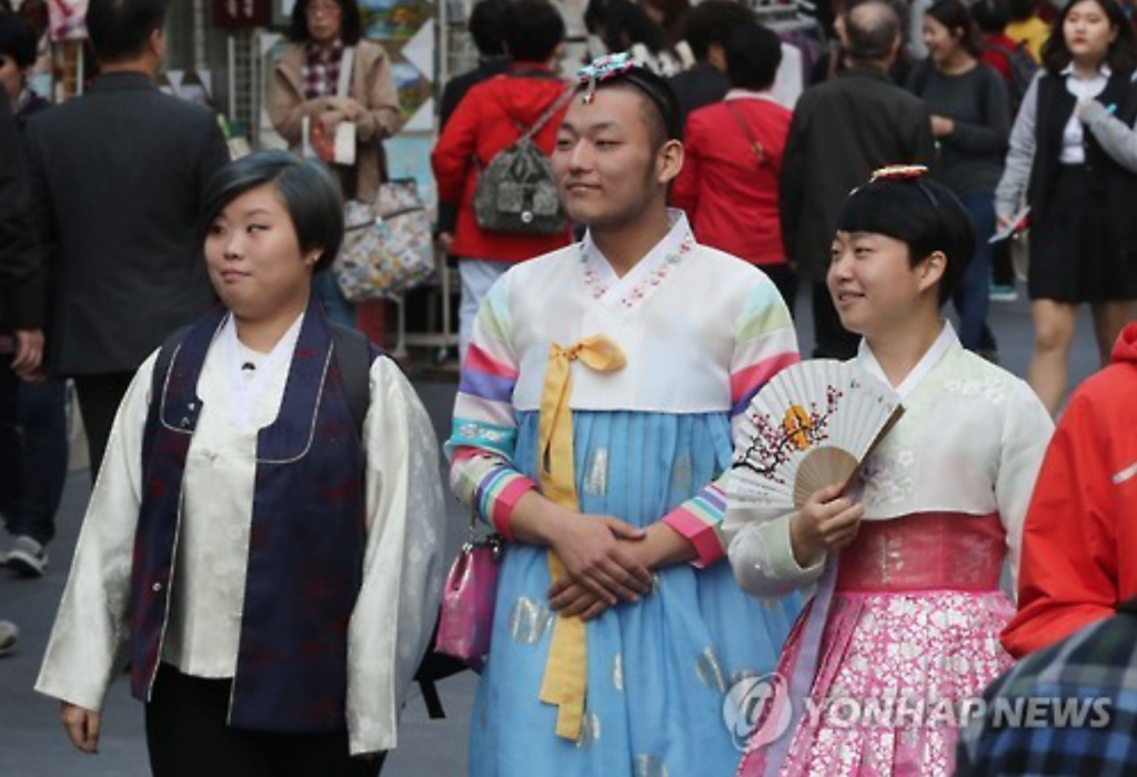 The march was arranged to protest against the Cultural Heritage Administration (CHA), which only grants free entry to visitors at Seoul's ancient palaces if they're dressed in gender-appropriate hanbok. (image: Yonhap)