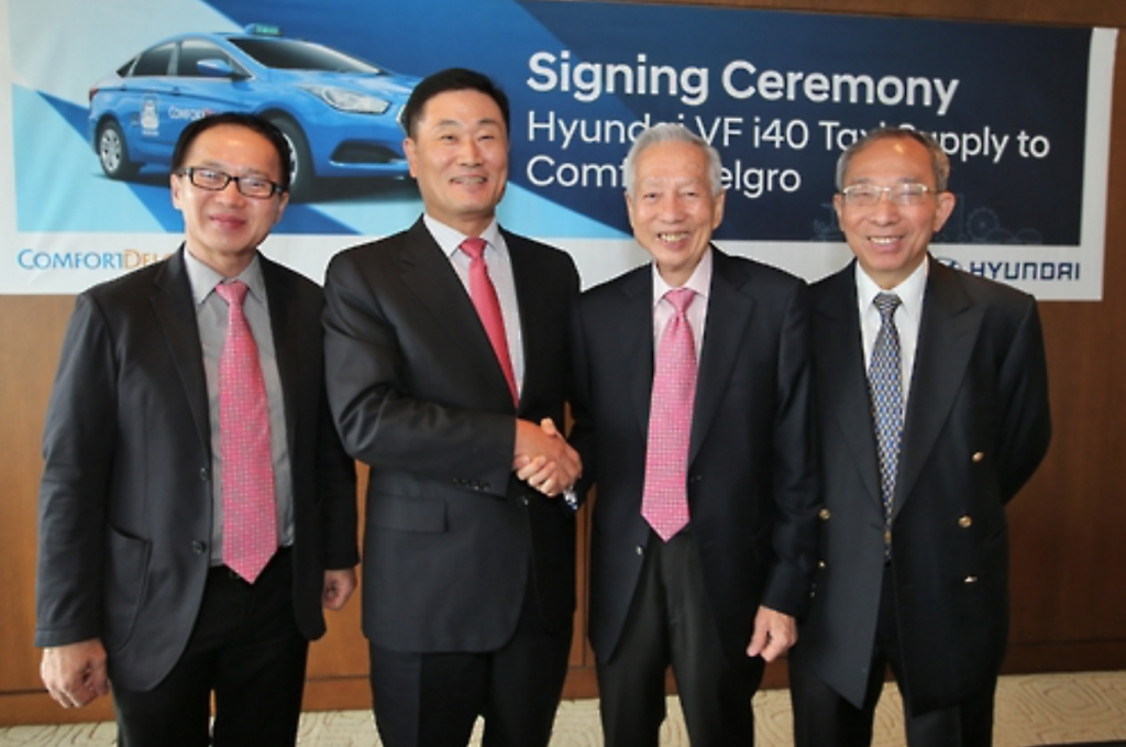 Chang Won-shin (second from R), vice president of Hyundai Motor Co. for international operations, shakes hands with Kua Hong Pak, president of Singapore's ComfortDelgro, after signing a deal to supply 3,500 i40 taxis to the Singaporean transportation firm in Seoul, South Korea on Oct. 6, 2016. (image: Hyundai Motor)