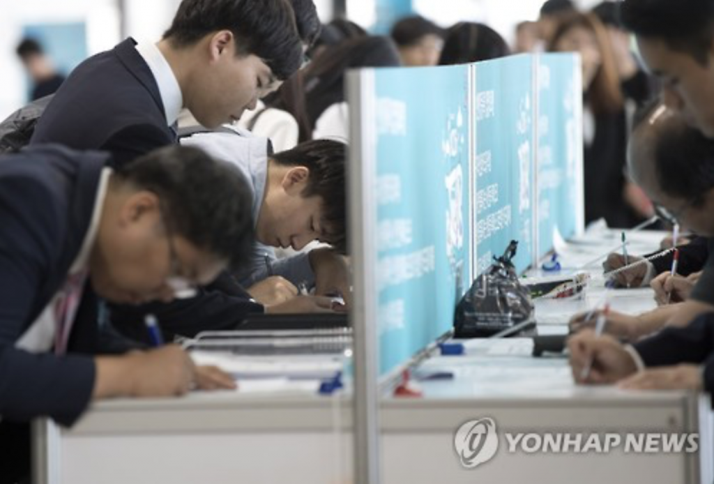 Job seekers prepare documents at a startup company job fair at COEX in Seoul on Oct. 6, 2016. (image: Yonhap)
