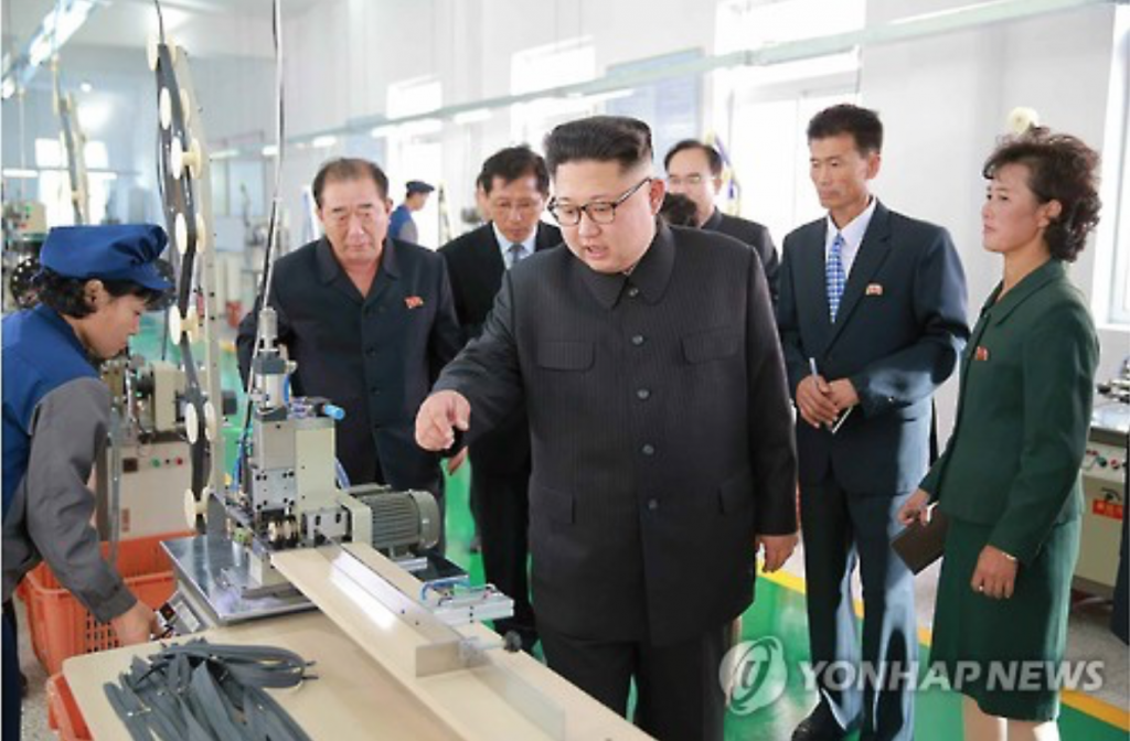 North Korea's top leader Kim Jong-un visits a souvenir factory in this photo published by the country's ruling party newspaper Rodong Sinmun on Oct. 7, 2016. (image: Yonhap)