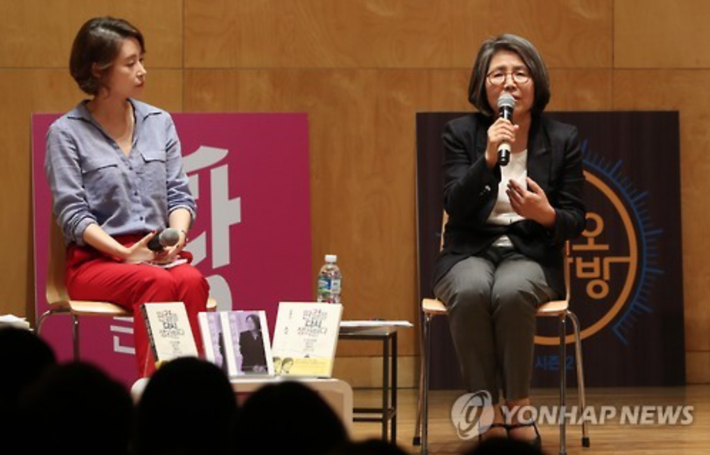 Kim Young-ran (R), the former head of the Anti-Corruption and Civil Rights Commission and architect of South Korea's draconian anti-graft law, speaks during a lecture in Seoul on Oct. 6, 2016. (image: Yonhap)
