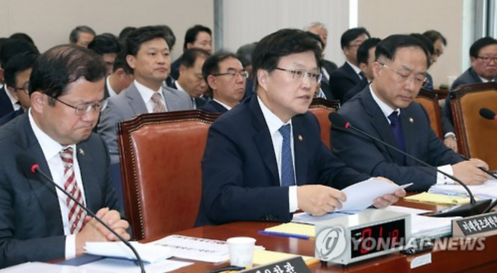 Science, ICT and Future Planning Minister Choi Yang-hee (C) speaks at a parliamentary audit of his ministry in Seoul on Oct. 14, 2016. (image: Yonhap)