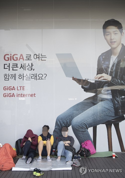 """People are lining up roughly a day earlier than they did last year,"" said a KT official. ""There's definitely high anticipation for the new phones."" (image: Yonhap)"