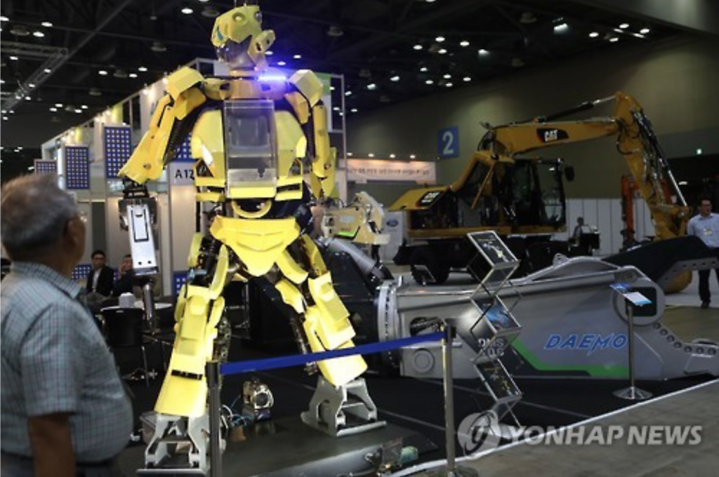 The South Korean government has recently focused on the potential of robot technology as a new growth engine as the global robot market expanded to $16.7 billion in 2014 from $9.6 billion in 2010. (image: Yonhap)