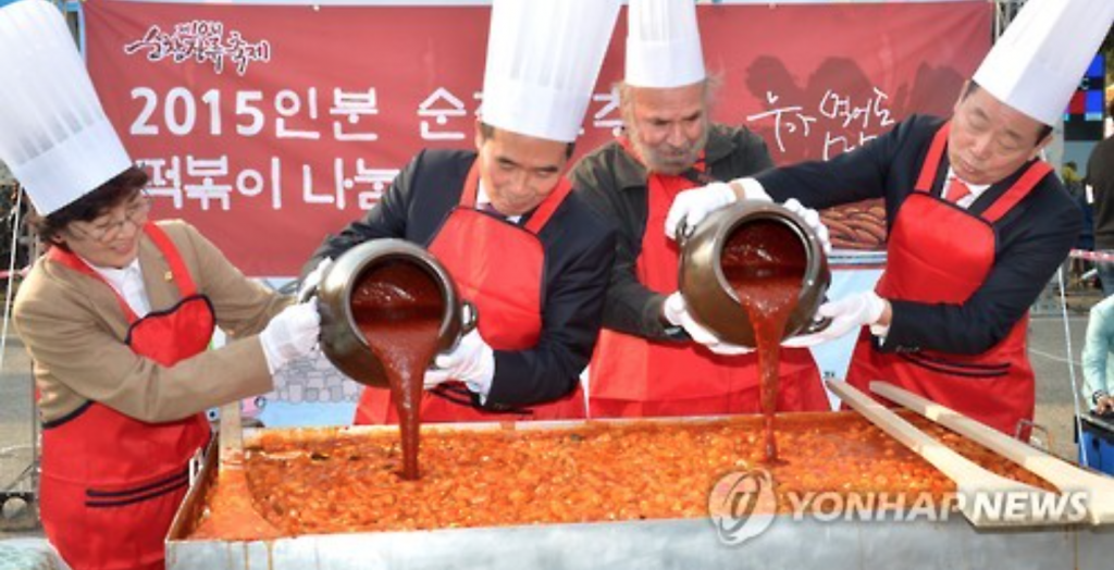 "Participants of the ""2016 Sunchang Fermented Soybean Product Festiva"" make tteokbokki, a popular Korean snack food made from rice cake and red pepper paste, at Sunchang Traditional Gochujang Folk Village. (image: Yonhap)"