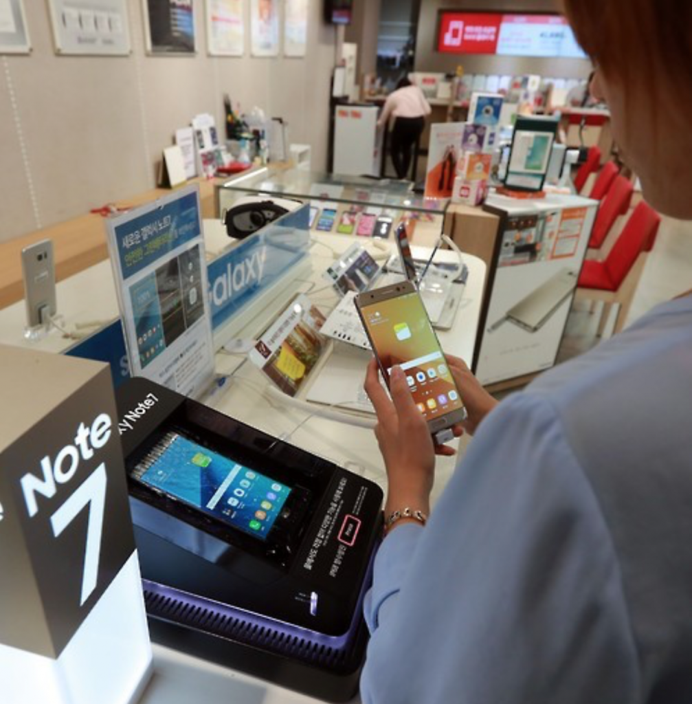 Samsung Electronics reassured its customers that no battery malfunctions have been found in over 1.2 million replaced models of the Galaxy Note 7. (image: Yonhap)