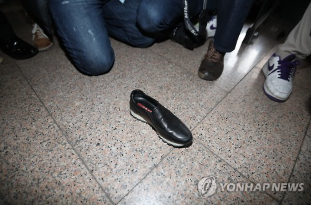 Seen here is one of Choi Soon-sil's shoes which fell off amid her push through the crowd of reporters covering her appearance at the Seoul Central District Court.