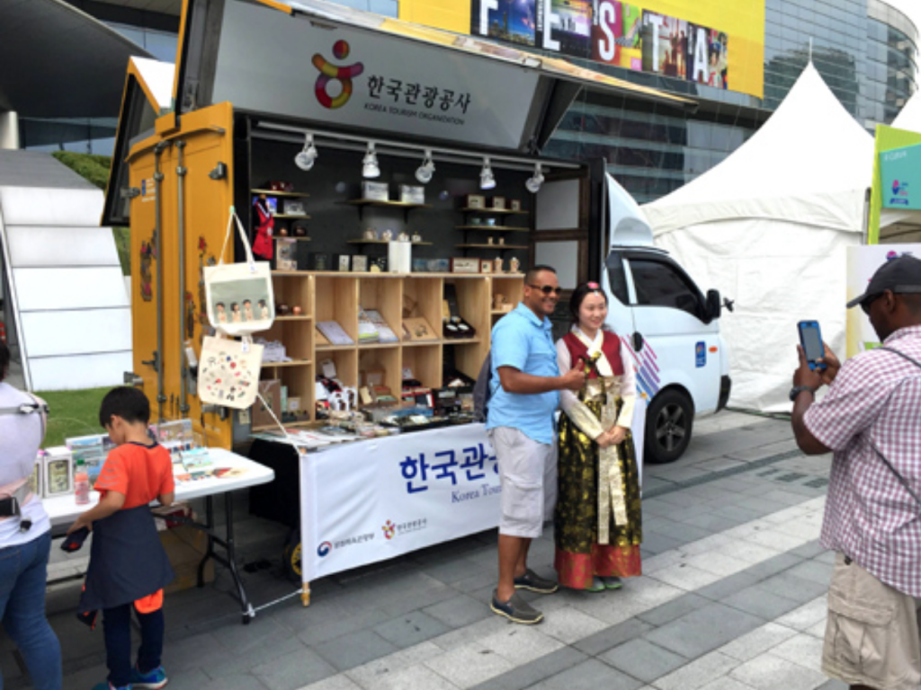 The venture took off on September 30 at the east plaza of COEX (Convention and Exhibition Center), to mark the start of the Korea Sale Festa that began on October 1, and offered some 30 souvenir products. (image: Ministry of Culture, Sports & Tourism)