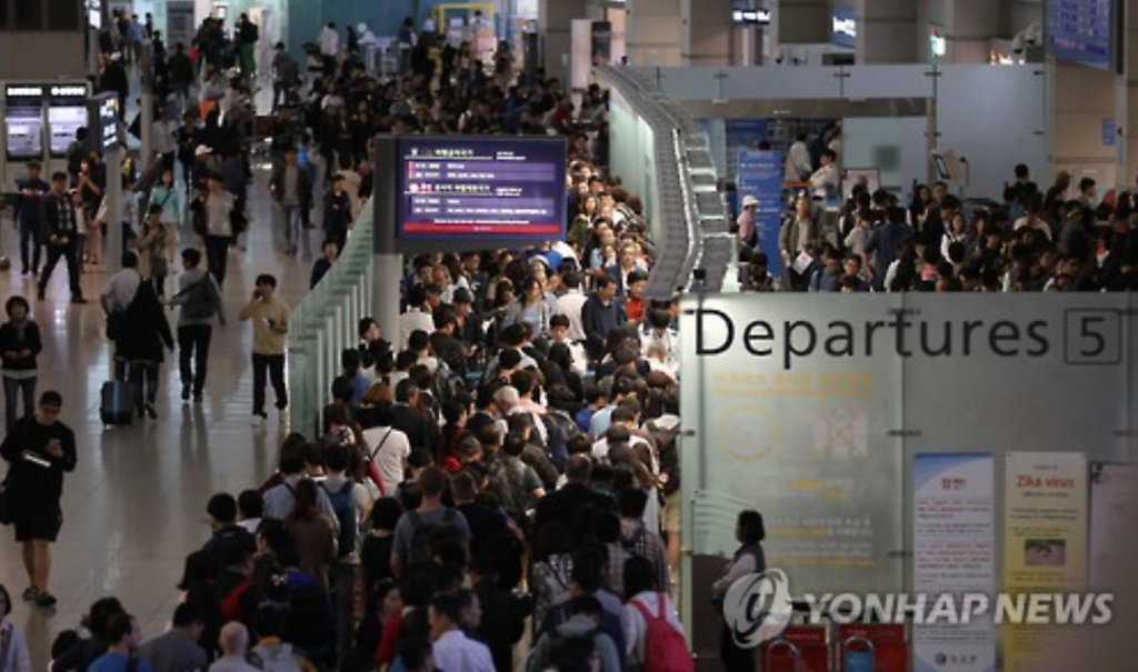 Incheon International Airport is crowded with passengers on the last day of China's National Day holiday season on Oct. 7, 2016. (image: Yonhap)