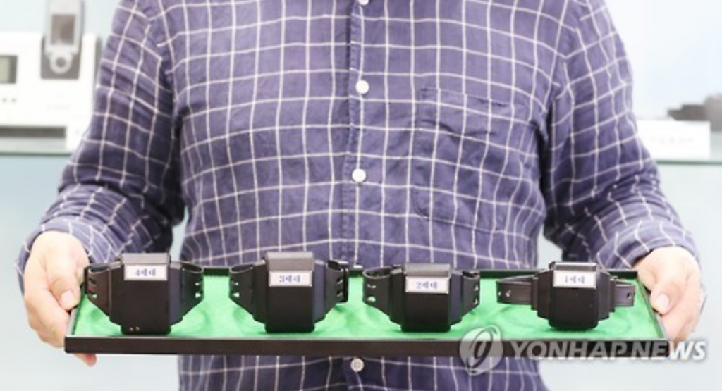 The ankle monitors have continuously evolved since their introduction, improving on weaknesses, and authorities are now making use of fourth-generation models (far left). (image: Yonhap)