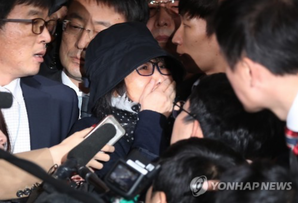 Choi Soon-sil, the woman at the center of South Korea's political scandal, is surrounded by reporters as she enters the Seoul Central District Prosecutors' Office for questioning on Oct. 31, 2016. (image: Yonhap)