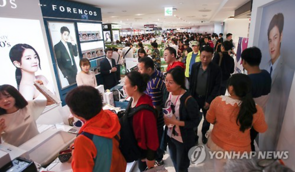 Lotte Duty Free in downtown Seoul is crowded with shoppers on Oct. 2, 2016. (image: Yonhap)