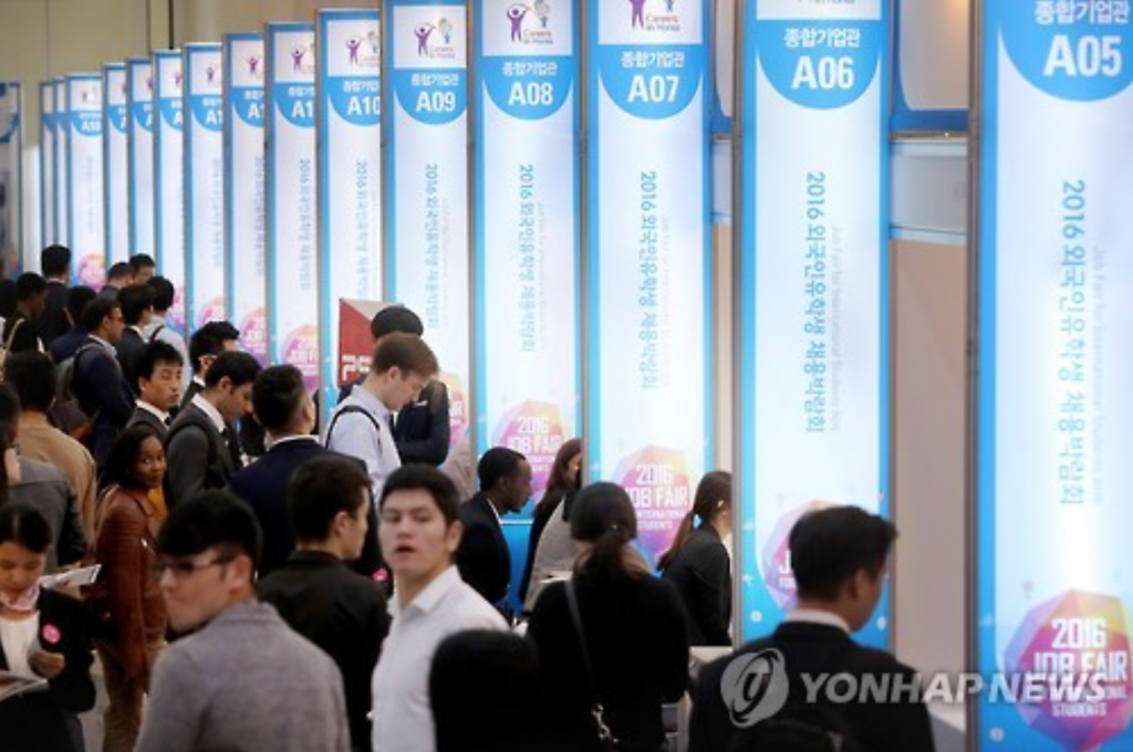 Foreign students studying in South Korea wait their turn for job interviews during the 2016 Job Fair for International Students at a convention center in Seoul on Oct. 6, 2016. (image: Yonhap)