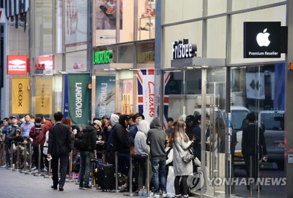People wait in long lines in front of a Frisbee shop in Myeongdong, downtown Seoul, on Oct. 21, 2016, to buy the new iPhone 7. (image: Yonhap)