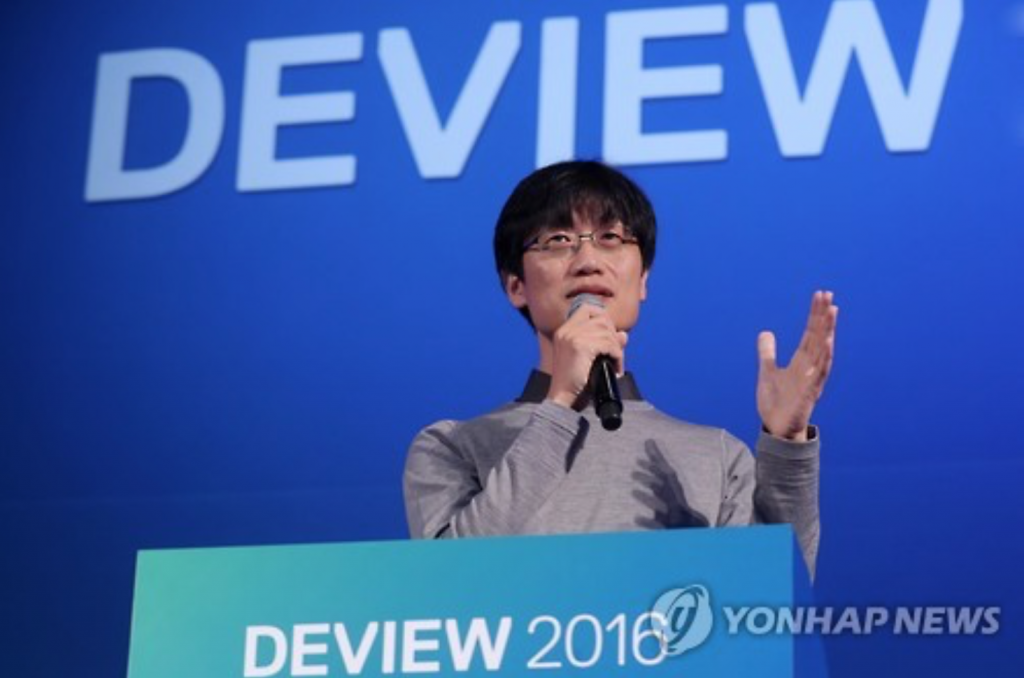 Naver founder Lee Hae-jin speaks during a conference with developers on Oct. 24, 2016. (image: Yonhap)