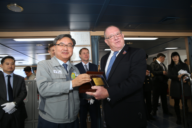 DSME Vice President Lee Sung-geun with Robert Thompson, Vice President of Sovcomflot.