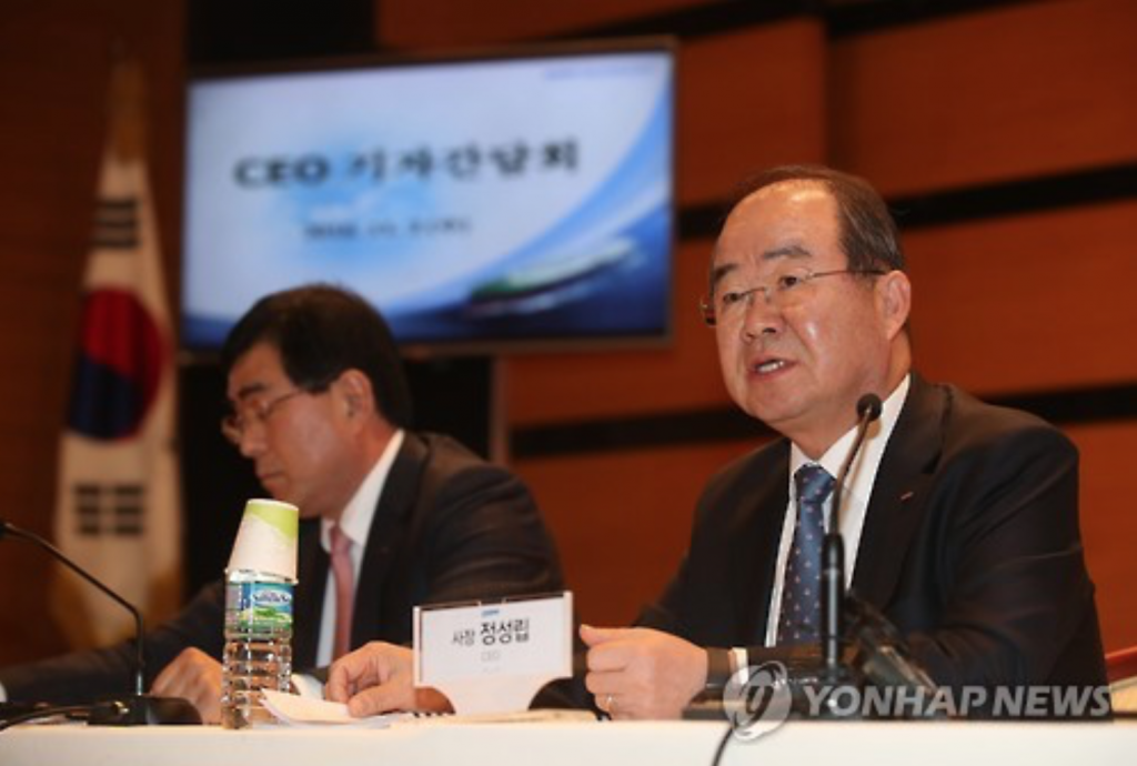 Daewoo Shipbuilding & Marine Engineering Co. chief executive Jung Sung-leep (R) speaks during a press conference on Nov. 2, 2016, in downtown Seoul. (image: Yonhap)