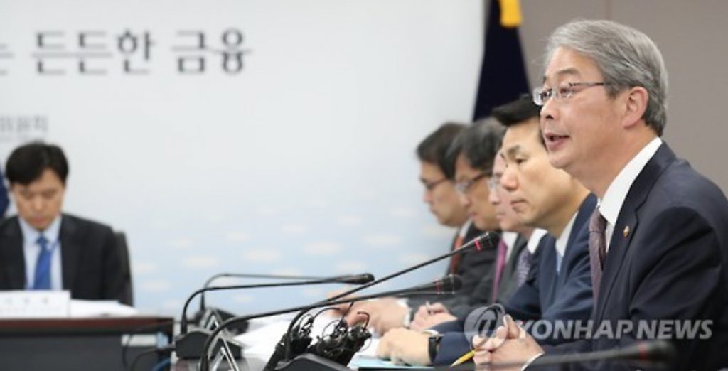Yim Jong-yong (R), named to lead South Korea's finance ministry, presides over an emergency meeting on risks in the nation's financial market in Seoul on Nov. 7, 2016. (image: Yonhap)