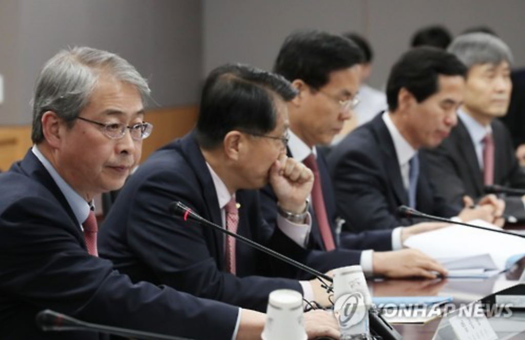 Yim Jong-ryong (L), chairman of the Financial Services Commission, presides over an emergency meeting on the nation's financial market in Seoul on Nov. 9, 2016, shortly after Donald Trump was elected as the next president of the United States. (image: Yonhap)