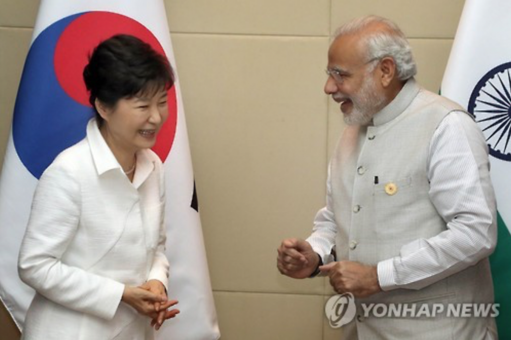 South Korean President Park Geun-hye and her Indian counterpart Narendra Modi hold summit talks in the Laotian capital of Vientiane on Sept. 8, 2016. (image: Yonhap)