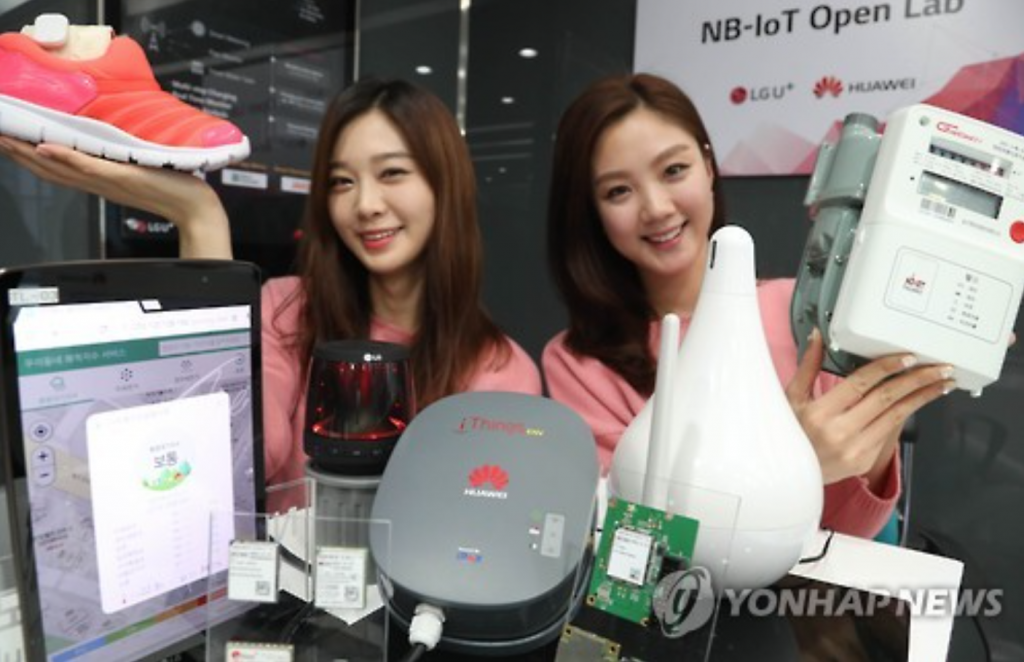 Models show off various trial products equipped with the Internet of Things technology at the headquarters of LG Uplus on Nov. 21, 2016. (image: Yonhap)