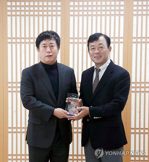 CEO Jung Bu-seok (R) with Yongin mayor Jung Chan-min. (image: Yonhap)