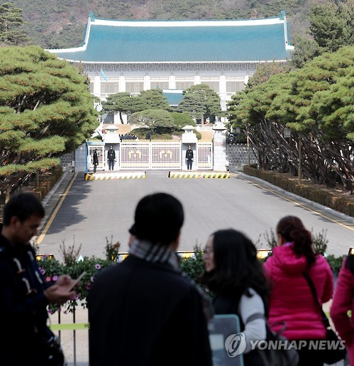 A group of Chinese tourists views the main gate of the presidential office Cheong Wa Dae in Seoul. (image: Yonhap)
