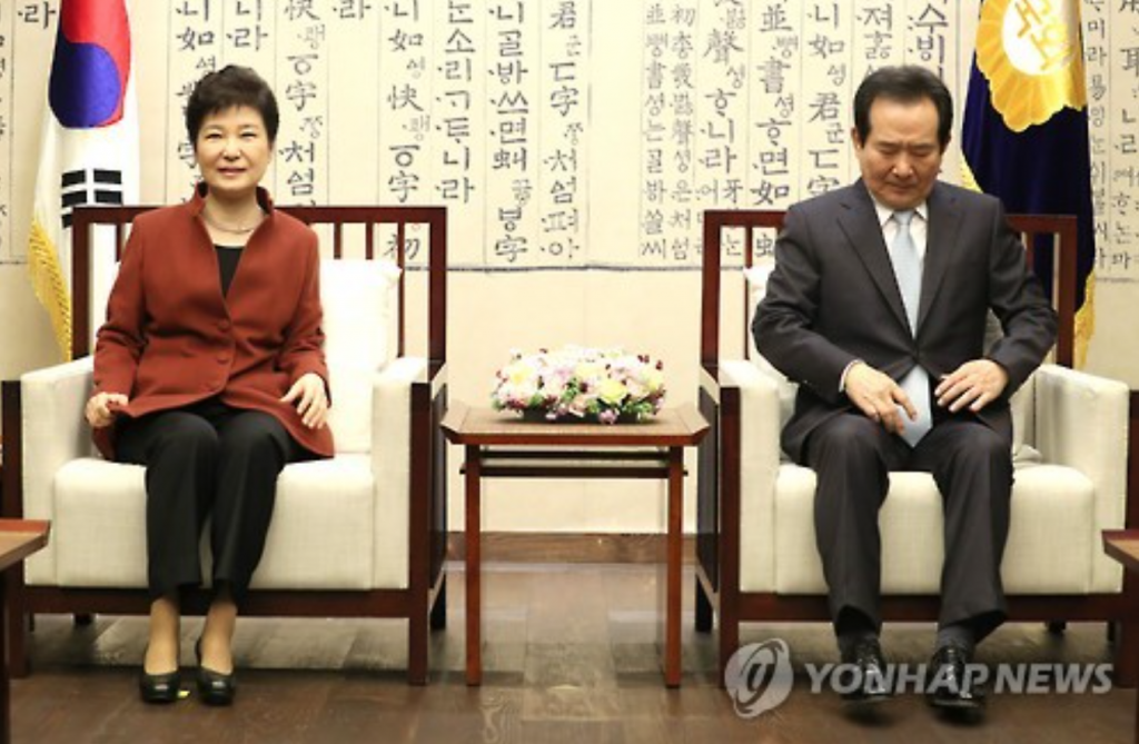 President Park Geun-hye (L) meets National Assembly Speaker Chung Sye-kyun for talks during her visit to the legislature in Seoul on Nov. 8, 2016. (image: Yonhap)