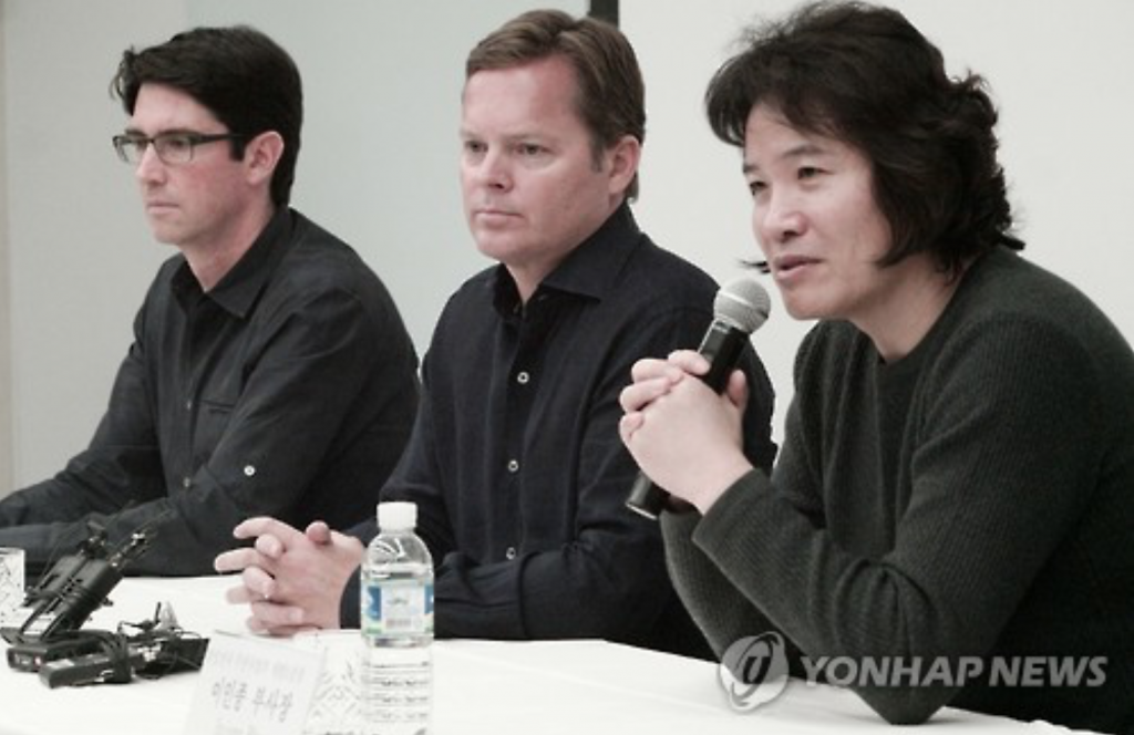 Rhee In-jong (R), a Samsung Electronics vice president, speaks during a press conference at Samsung's headquarters building in Seoul, on Nov. 4, 2016. (image: Yonhap))