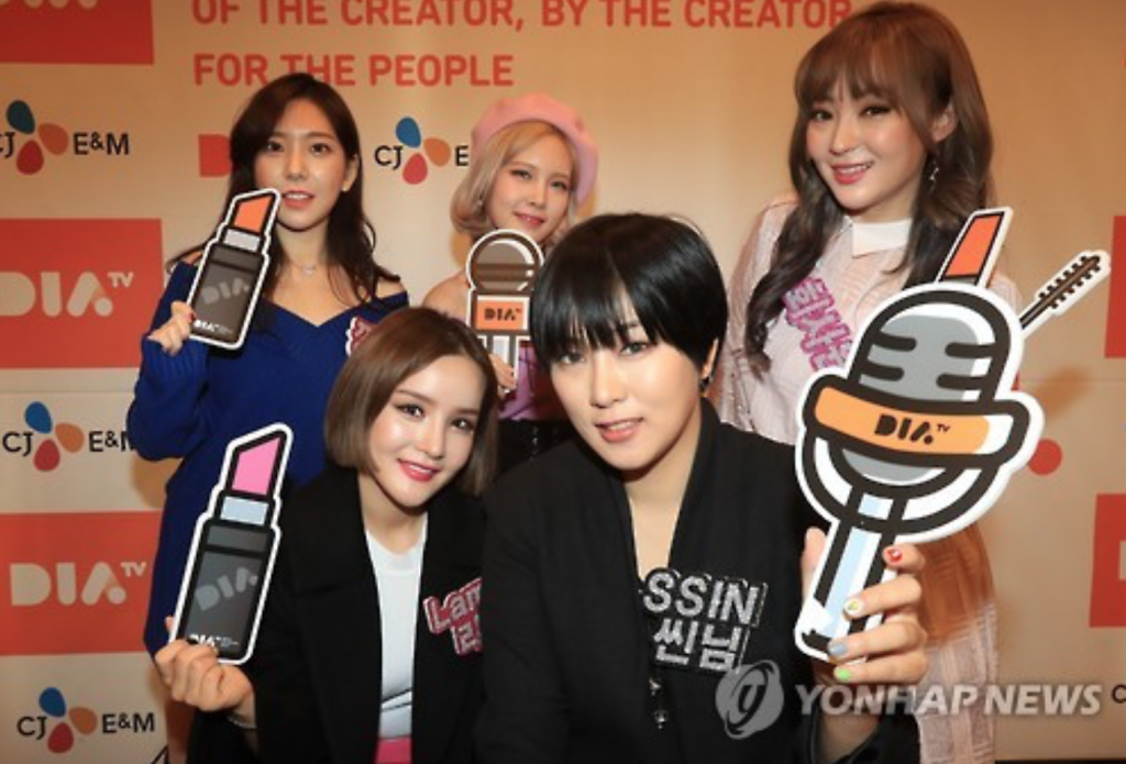 Five content creators pose for a photo at a press conference promoting the upcoming launch of cable channel DIA TV at the Korea Press Center in Seoul on Nov. 23, 2016. (image: Yonhap)