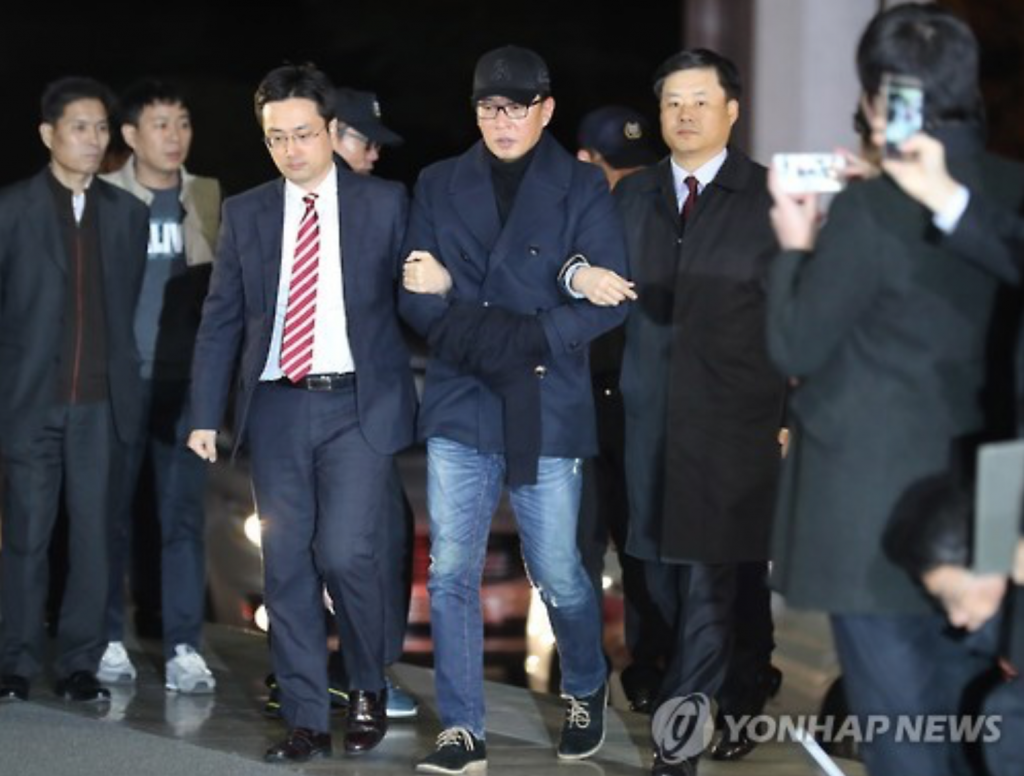 Cha Eun-taek (C) is brought to the Seoul Central District Prosecutor's Office on Nov. 9, 2016. (image: Yonhap)