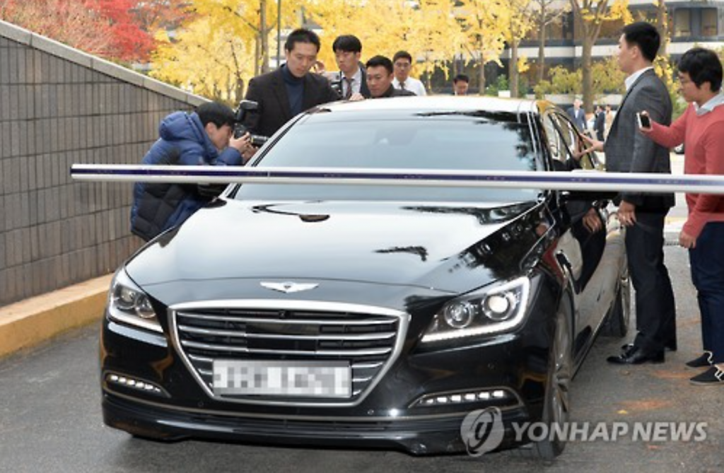A sedan believed to be carrying a conglomerate chairman enters the parking lot of the Seoul Central District Prosecutors' Office in southern Seoul on Nov. 13, 2016. (image: Yonhap)