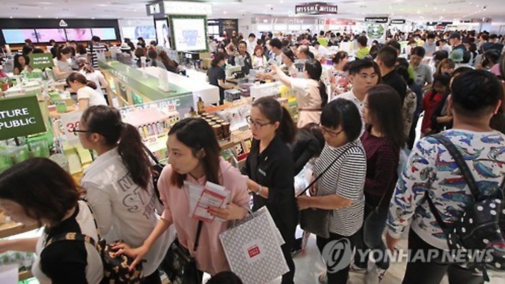 Lotte Duty Free in Myeongdong, a major shopping district in downtown Seoul, is crowded with shoppers on Oct. 2, 2016. (image: Yonhap)
