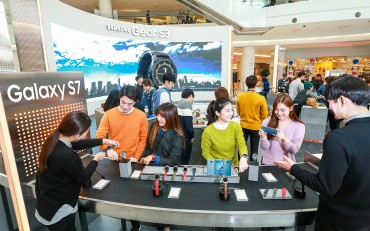 """Samsung Offers Hands-On Experience with Galaxy S7 Edge """"Blue Coral"""""""