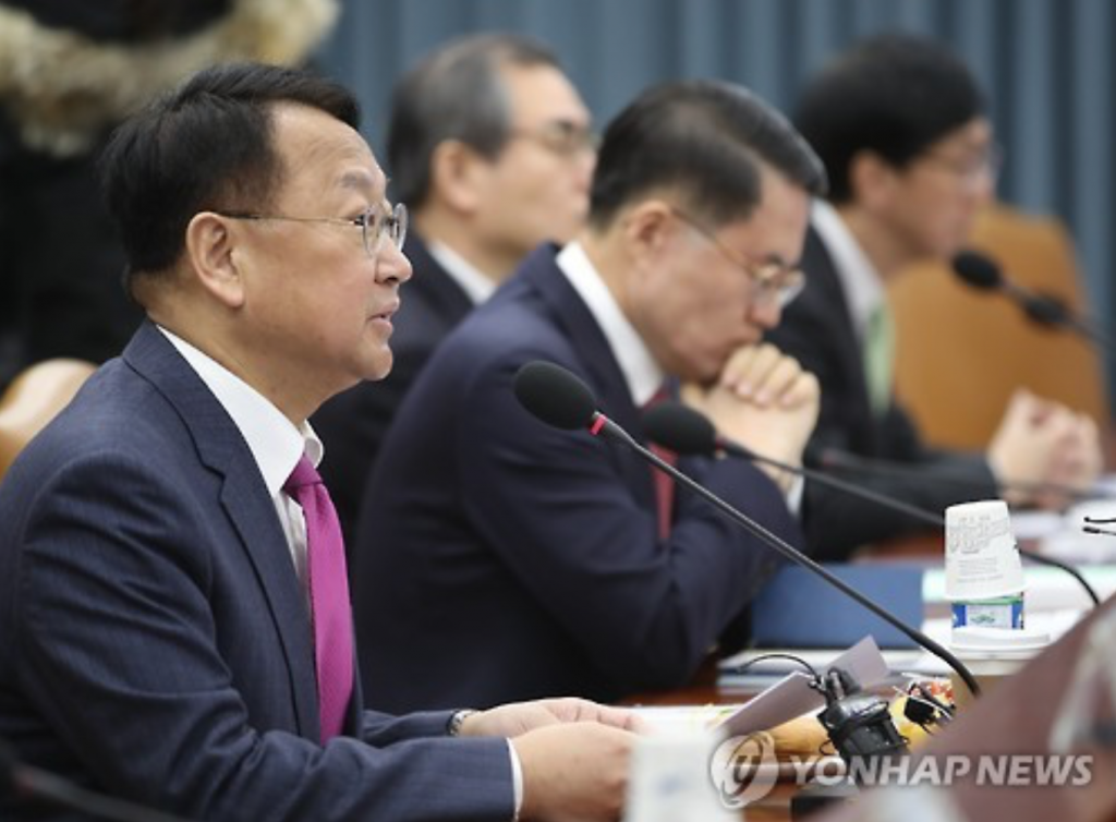 """The government will put its policy priority on the asset-boosting program to help youth settle into SMEs and build their assets,"" Finance Minister Yoo Il-ho said in a ministerial-level meeting in Seoul. ""About 50,000 youngsters will be enrolled in the program."" (image: Yonhap)"