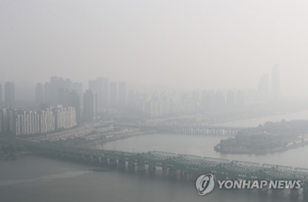 Seoul's sky seen from Yeoido, in the western part of the capital city, is hazy from fine dust on Oct. 20, 2016. (image: Yonhap)