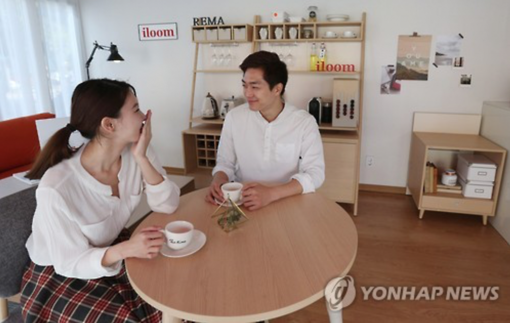 Models drink coffee at Iloom's kitchen showroom in Seoul on Oct. 25, 2015. (image: Yonhap)