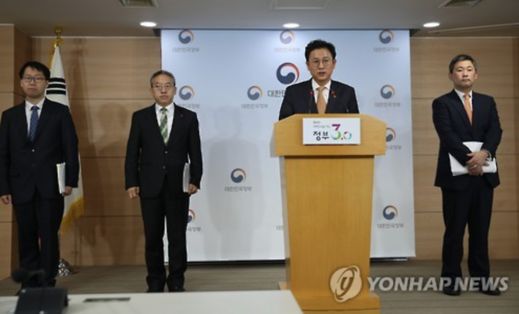 """""""We have had growing public unease with everyday use products that contain chemicals, from incidents like the toxic humidifier sterilizer case,"""" said Ministry of Environment vice-minister Lee Chung-seop. (image: Yonhap)"""