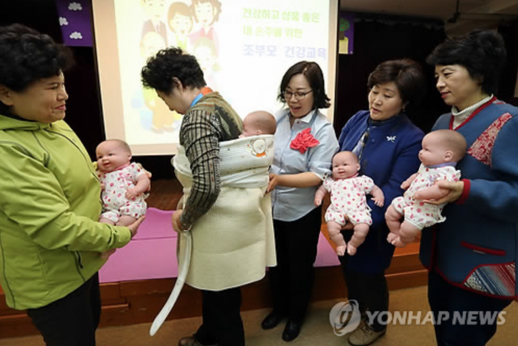 Health improvements were clearly seen when grandparents lived together with their children and grandchildren. (image: Yonhap)