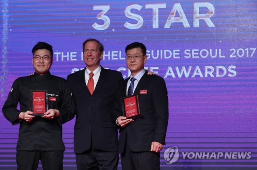 Kim Jung-jin (L), a chef at Gaon, and Kim Sung-il (R), a chef at La Yeon, pose for a photo with Michael Ellis, international director of the Michelin guides, after receiving three stars from Michelin during the awards ceremony at Hotel Shilla. (image: Yonhap)