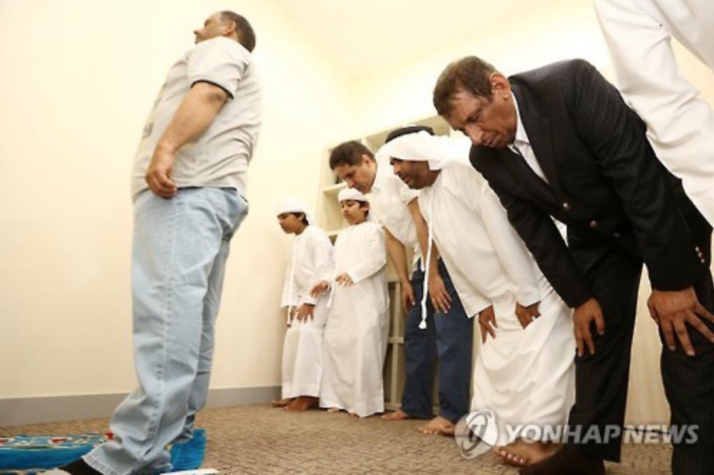 Muslims pray at a prayer room at Seoul National University Hospital in Seoul on July 6, 2016. (image: Yonhap)