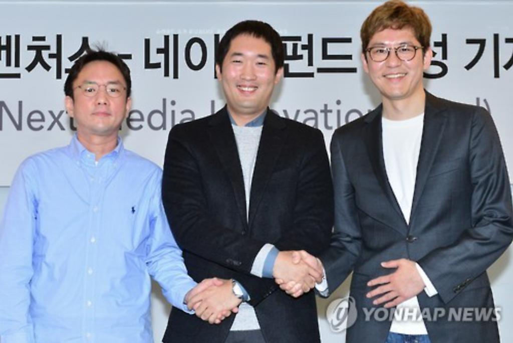 CEO Kim Chang-wook of Snow (L), with SoftBank Ventures Korea director JP Lee (C) and CEO Kim Jun-ku of Naver Webtoon. (image: Yonhap)
