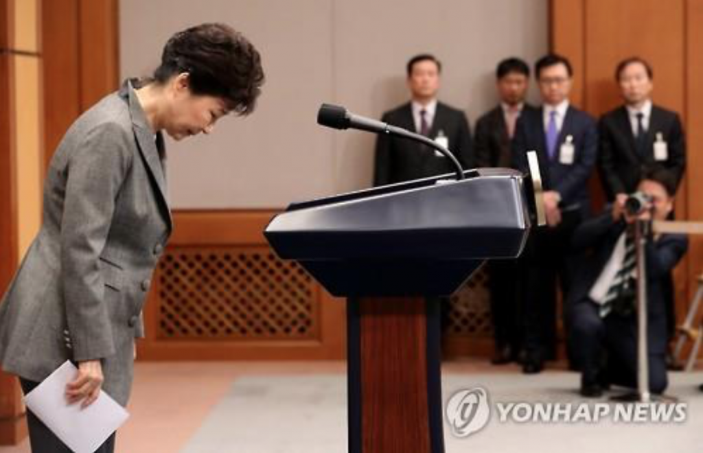 President Park Geun-hye bows after her address to the nation at the presidential office Cheong Wa Dae in Seoul on Nov. 29, 2016. (image: Yonhap)