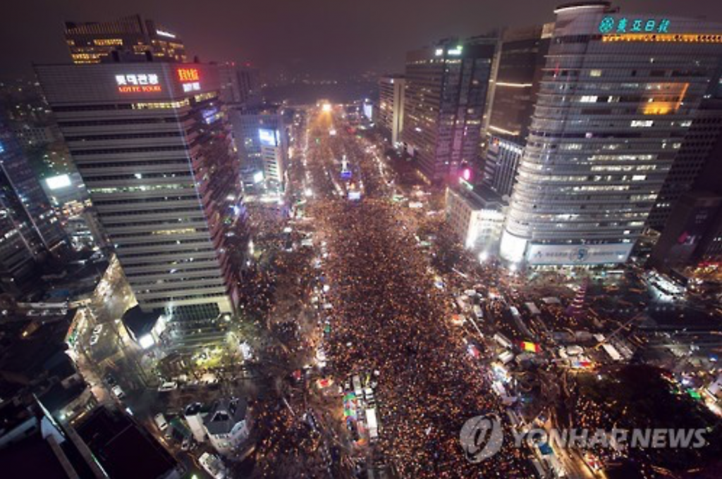 Protesters hold a candlelight rally at Gwanghwamun Square in central Seoul on Nov. 26, 2016, to call for President Park Geun-hye's resignation. (image: Yonhap)