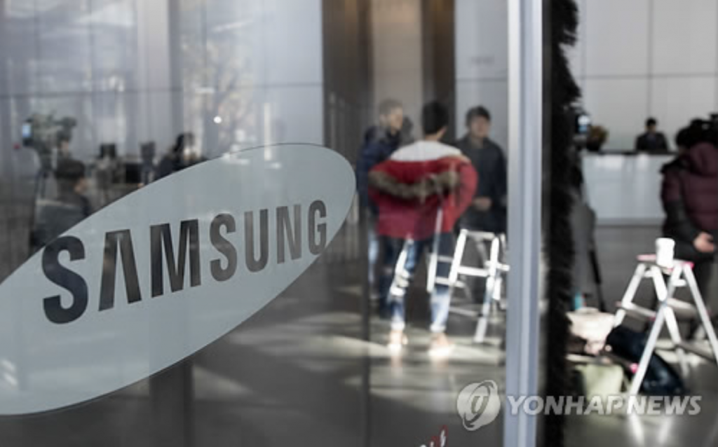 Reporters are seen in the lobby of the Samsung Group headquarters in southern Seoul on Nov. 15, 2016, as the prosecution raids Cheil Worldwide Inc., the group's advertising unit. (image: Yonhap)