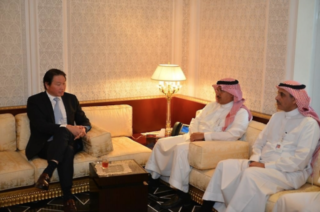 SK Group Chairman Chey Tae-won (L) meets with Youself Abdullah Al-Benyan (C), vice chairman of SABIC, in Riyadh on Nov. 22, 2016. (image: SK Group)