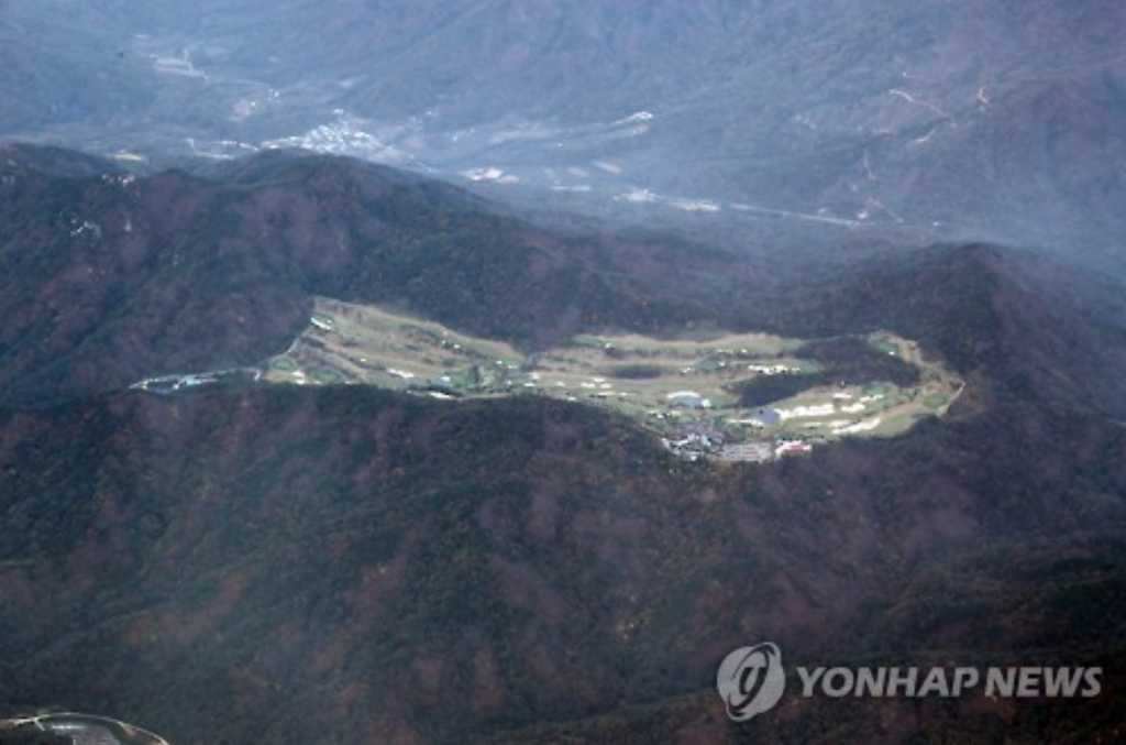 This bird's eye view, taken on Oct. 27, 2016, shows the Lotte Skyhill Country Club in Seongju, chosen as the final site for a THAAD battery, instead of an anti-aircraft missile base in the same county. (image: Yonhap)